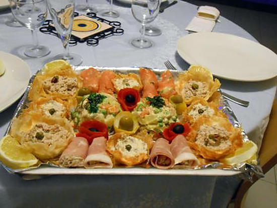 recette anti pasti et panier en parmesan rempli de salade russe