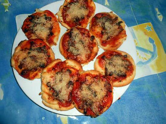 recette de mini pizza lardons parmesan. Black Bedroom Furniture Sets. Home Design Ideas