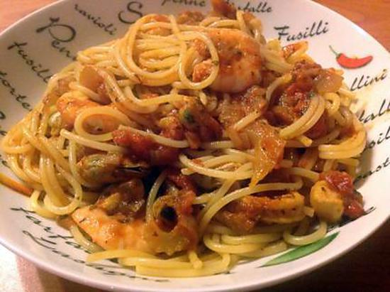 recette de spaghettis aux fruits de mer l 39 ail et aux tomates. Black Bedroom Furniture Sets. Home Design Ideas