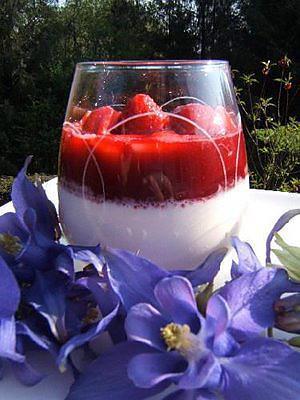 recette Panacotta express au sirop de rose , coulis de framboises et fraises
