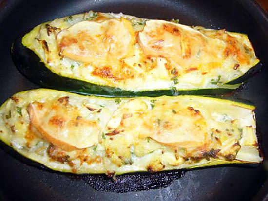 recette de courgettes farcies au reblochon. Black Bedroom Furniture Sets. Home Design Ideas