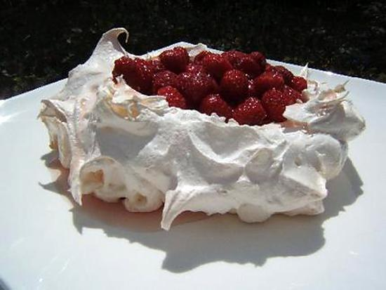 recette de pavlova aux framboises et gel e de lavande. Black Bedroom Furniture Sets. Home Design Ideas