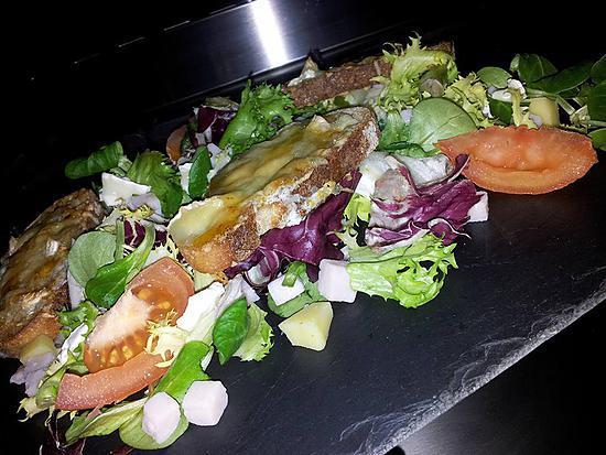 recette Salade campagnarde au poulet et 3 fromages chaud au miel