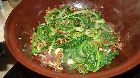 recette Légumes-feuilles aux noix et aux airelles