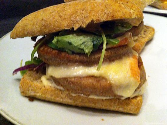 recette Burger au haché de poulet, maroilles,oignons rouges et sauce kebab