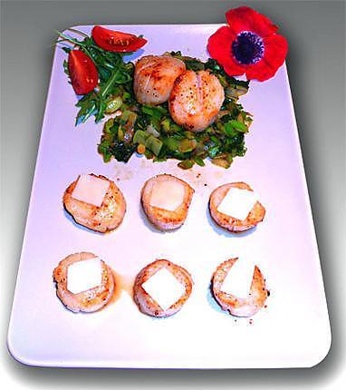 recette de noix de saint jacques au parmesan sur son lit de poireaux et choux. Black Bedroom Furniture Sets. Home Design Ideas