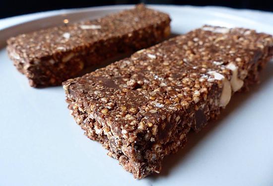 recette Barres chocolatées au quinoa soufflé, sans gluten, sans lactose et sans sucres.
