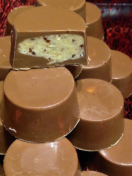 recette Chocolats fourrés chocolat blanc, éclats de cacahuètes et pépites de carambar