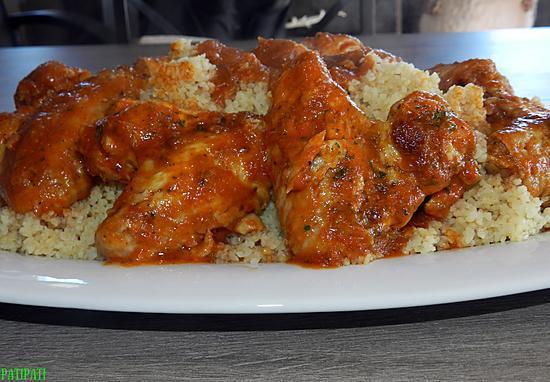 recette Ailes de poulet sauce tomatée épicées aux herbes sur un dos de boulghour