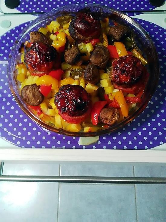 recette Tomates  farcies sur  lit de poivrons tricolores & pommes de terre au thym