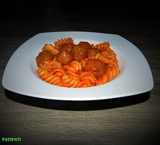 recette Pâtes aux minis boulettes farcies à la mozzarella sauce tomate