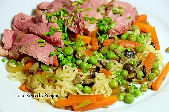 recette Filet de canard sur un lit de nouilles sautées et ses petits légumes