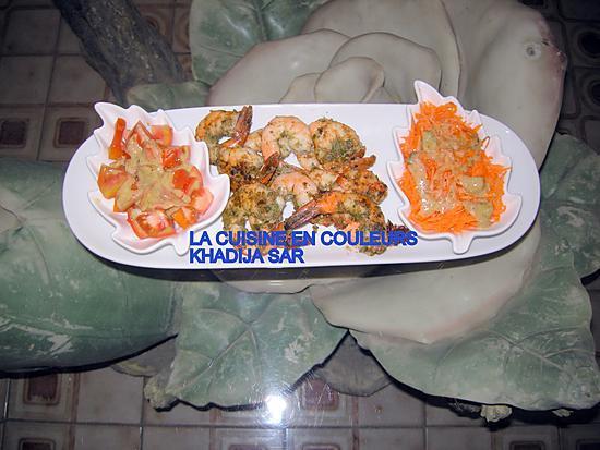 recette Crevettes sautées accompagnées de carottes râpées et de tomates fraîches.