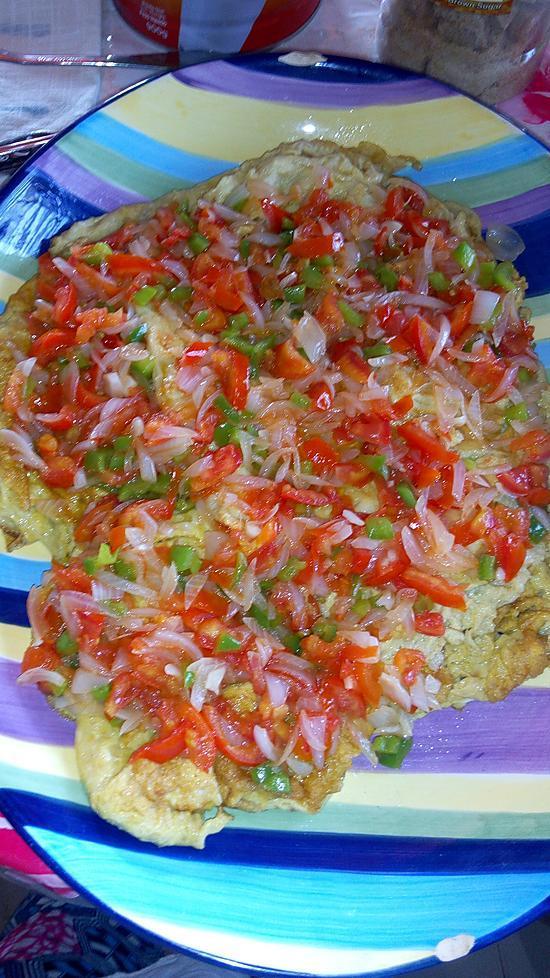 recette Omelette garnie à l'oignon poivron  et à la romate