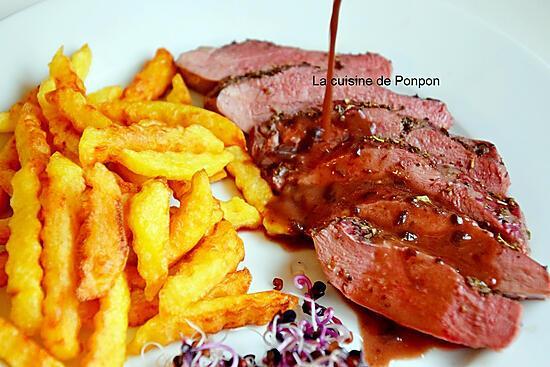 recette Magret de canard cuit à basse température, sauce au vin et ail noir accompagné de frites