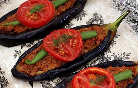 Recette de sp cialit turque karni yarik kebap avec le l 39 aubergine - Cuisiner des aubergines au four ...