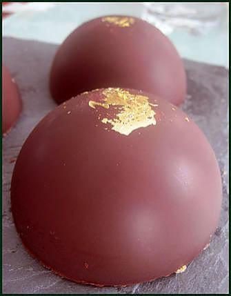 recette Dôme au chocolat noir (chocolat craquant, mousse au chocolat, ganache montée à la pistache et base aux amandes)