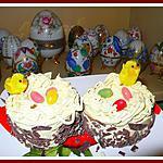 Petits gâteaux de pâques crème au beurre vanille fourrées framboises