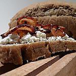 recette Pain à la cannelle - Tartine au chevre et chips de radis noire