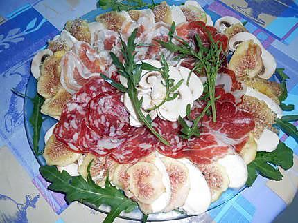 Assiette charcuterie carpaccio de figues et mozzarella 430