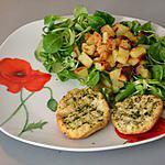 Salade de mâche, pommes rissolées et pain aillé