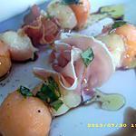 brochettes de fruits au jambon de bayonne, sauce basilic