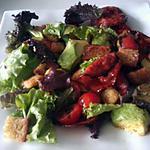 Salade de tomates et d'avocats au chorizo