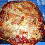 Pizza saucisse,jambon,courgette,poivrons