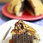 Charlotte au chocolat intense, noisettes caramelisées et coulis de caramel au beurre salé