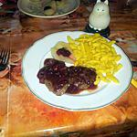 escalopes de chevreuil, sauce au soja et poires aux airelles