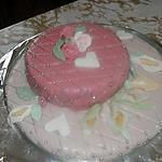 Gâteau d'anniversaire : la génoise et la pâte à sucre.
