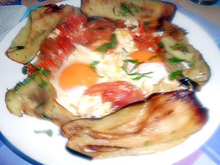 Oeufs au plat ail tomates et aubergines frites 430