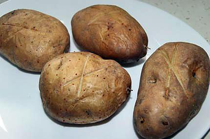 Recette de pommes de terre au four pommes de terre en - Pommes de terre en robe de chambre au four ...