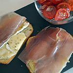 recette tartines de brie fondu au jambon de parme, tomates cerises aux oignons rouges