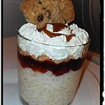 recette verrine riz au lait nappé de confiture de fraise et éclats de cookies et chantilly
