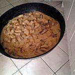 recette des de dinde , poulet  aux champignons , sauce crème et fond de volaille parsemé  de parmesan .