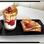 recette cône de crêpe à la crème chocolat blanc sur fond de crème pistache et fraise
