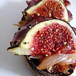 Tartines aux oignons confits et garniture de figues/magret de canard séché