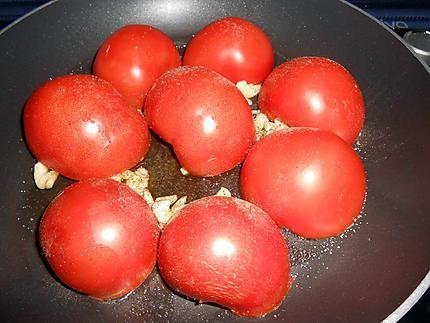 Poulet fumé aux oignons grillés et tomates poêlées 430