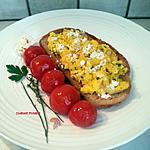 recette Tartine grillée aux œufs brouillés, ciboulette et tomates confites
