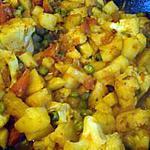 Chou-fleur aux pommes de terre et aux petits pois (plat indien)