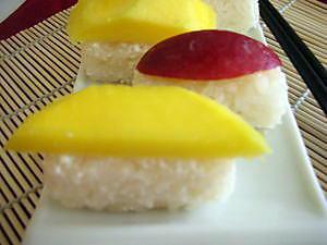 Riz_gluant_au_lait_de_coco_et___la_mangue__sushi_de_pr_s