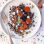 recette Riz complet noir, lentilles corail, chèvre frais, carottes, fruits secs & menthe, assaisonnement huile d'olive et tahini