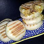 recette Petit pains marocains matbout à la semoule faits maison farcis au thon-curry et fromage