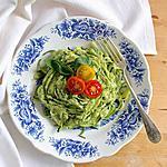 recette Zoodles (spaghetti de courgettes) au pesto d'avocat et tomates cerises