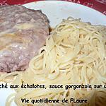 recette Steaks hachés aux échalotes, sauce gorgonzola sur un nid de pâtes