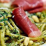 recette Pâtes au pesto de fanes de carottes garnies de tranches de magret de canard fumé