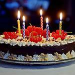 recette Gâteau magique au chocolat garni de chantilly à la vanille et ricoré accompagnée de framboises et groseilles rouges