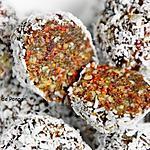 recette Boule énergétique aux figues séchées, amandes, baies de goji, cranberries séchées et spiruline, vegan