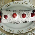 biscuit roulé au chocolat , à la crème chantilly et aux fraises
